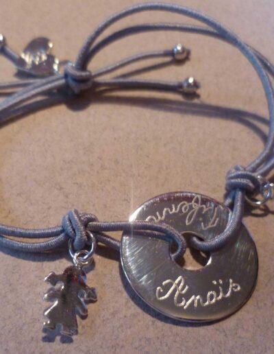 photo bracelet avec breloque et médaille gravée