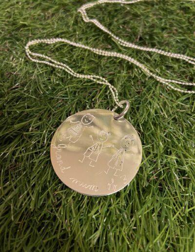 photo d'un collier avec médaille XL gravée d'un dessin
