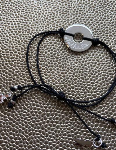 photo bracelet avec pendentifs et médaille