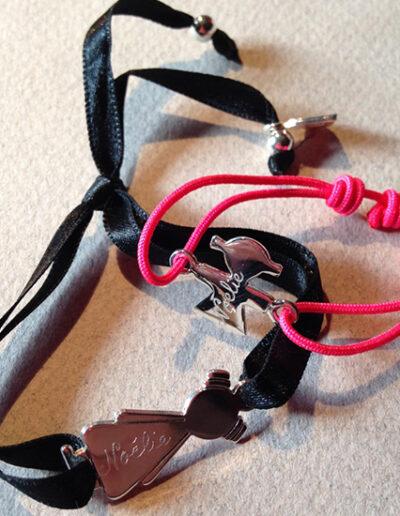 photo duo maman-bébé avec bracelet satin noir et bracelet enfant cordon nylon rose