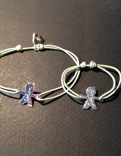 photo bracelet avec pendentifs gravés