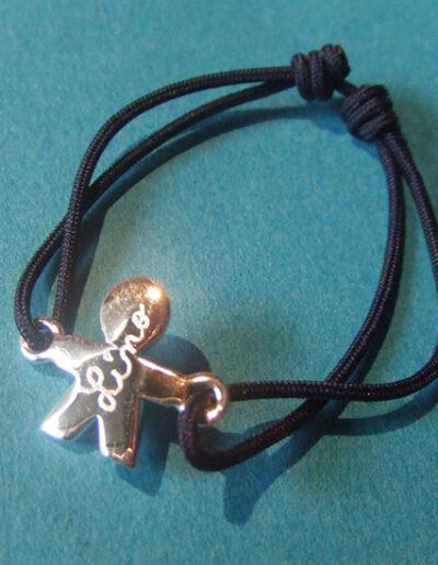 photo bracelet cordon avec mini personnage gravé