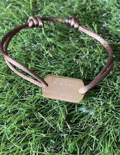 photo d'un bracelet cordon avec gravure à la main