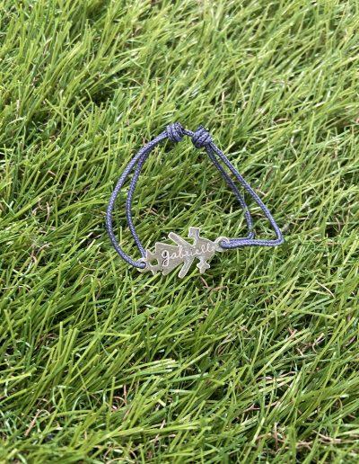Photo bracelet bébé sur gazon