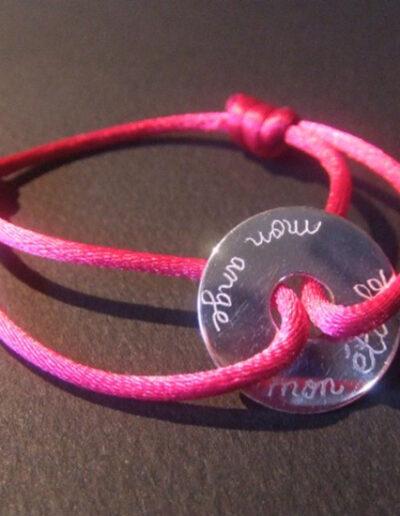 photo breloque cible gravée sur cordon rose